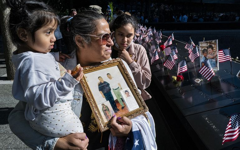 Julia Meléndez, sostiene una foto de su esposo Antonio, quien murió trabajando en el restaurante Windows on the World ubicado en el piso 107 de una de las torres.