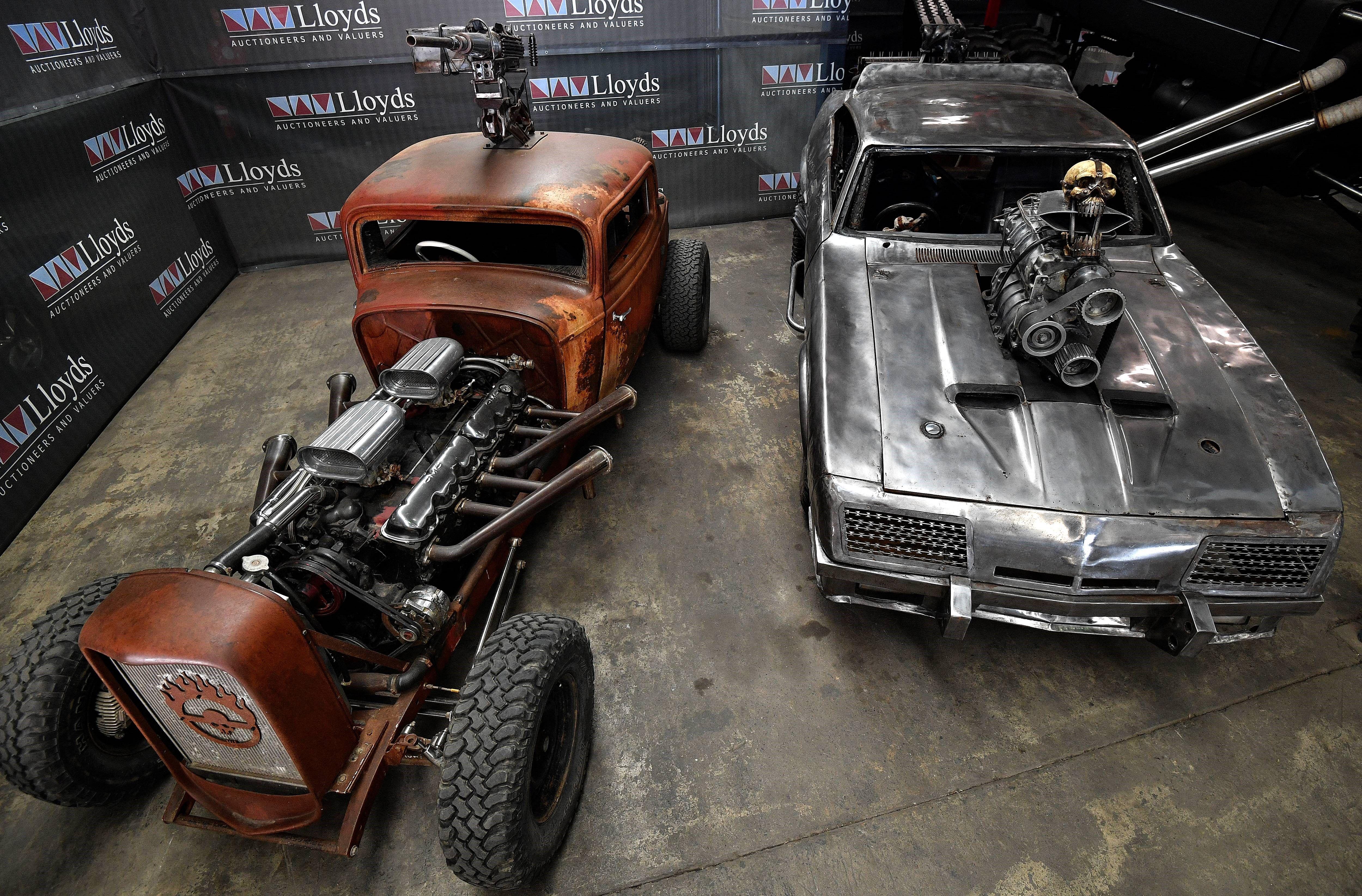 Esta imagen tomada el 24 de septiembre de 2021 muestra los coches del convoy de Elvis y Razor Cola, dos de varios vehículos extravagantes utilizados en la película Mad Max: Fury Road, que se licitará en las subastas de Lloyds en Sídney.