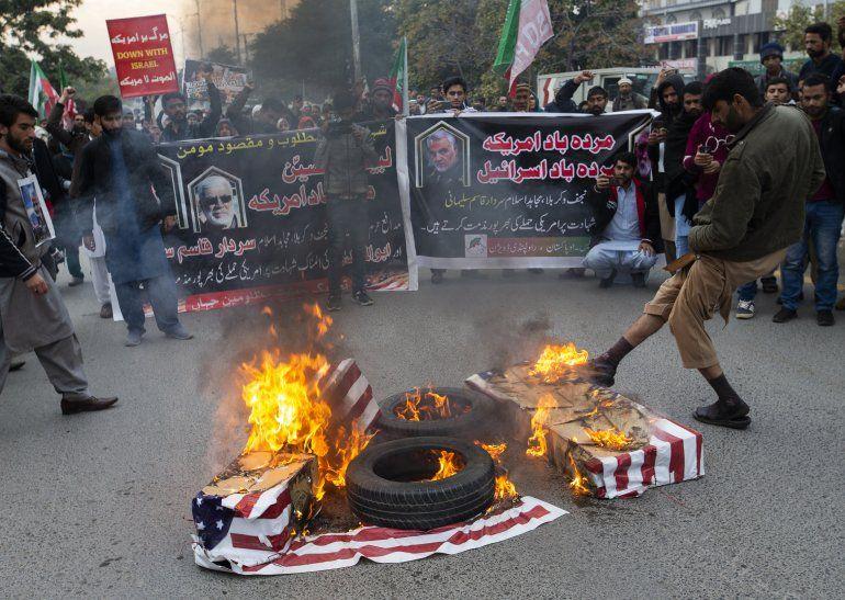 Unas personas queman banderas estadounidenses durante una protesta por el ataque de Estados Unidos que provocó la muerte del general iraní Qassem Soleimani