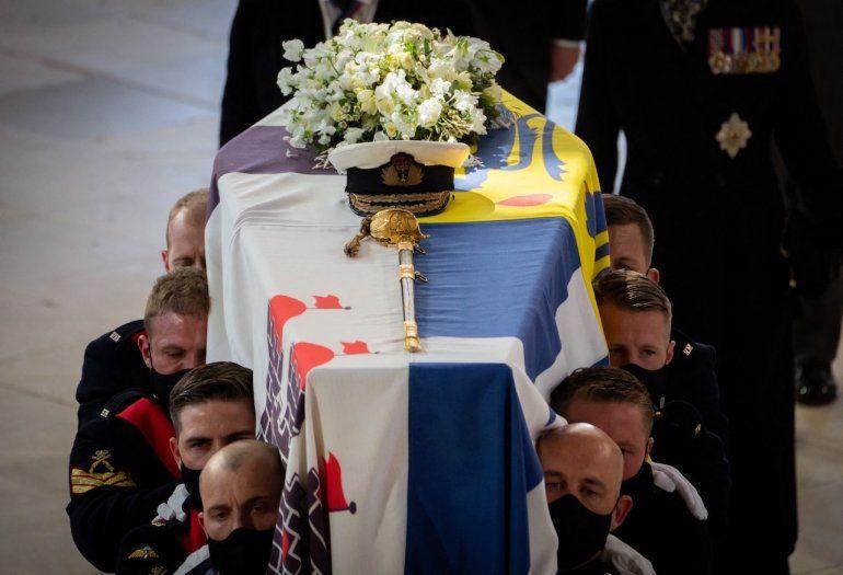 Infantes de marina de la realeza llevan el féretro hacia la capilla de San Jorge