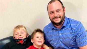 Desde la izquierda: Rusell Bright, de 7 años, Tucker Bright, de 5 años y Adam Bright posando para una foto en el Centro Médico Ochsner en Jefferson, Luisiana, el lunes 7 de junio de 2021. (AP Foto/Stacey Plaisance)