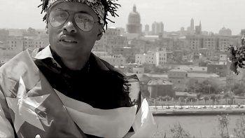 El activista cubano Denis Solís, en un fotograma de uno de los videos de sus canciones.