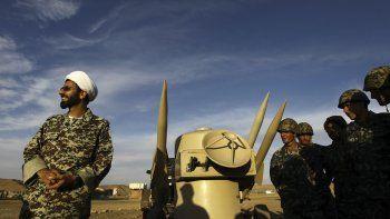 En esta imagen de archivo del 13 de noviembre de 2012, un clérigo iraní junto a misiles y tropas del Ejército, durante unas maniobras en un lugar de Irán no desvelado.