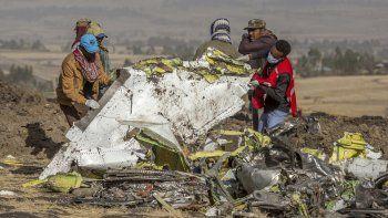Fotografía de archivo del lunes 11 de marzo de 2019 de rescatistas en el lugar en donde se accidentó un avión de Ethiopian Airlines al sur de Addis Abeba, Etiopía.