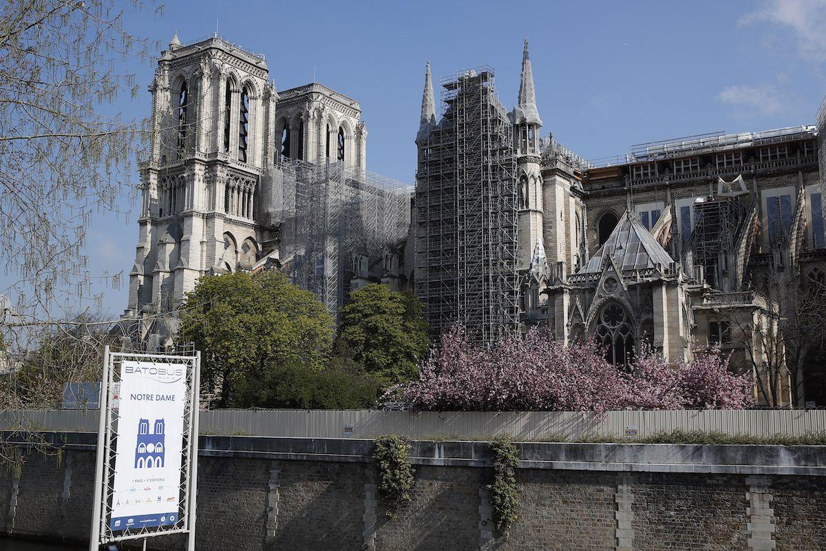 Fotografía de archivo del 15 de abril de 2021 de la catedral de Notre Dame envuelta en andamios, en París.