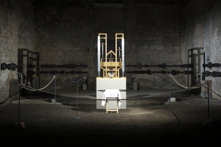 El órgano del proyecto John Cage es iluminado antes de un cambio de sonido en la iglesia parcialmente en ruinas de San Buchardi en Halberstadt