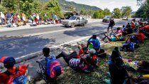 En esta foto de archivo tomada el 2 de febrero de 2021, migrantes venezolanos descansan mientras esperan recibir alimentos y medicinas de miembros de la Cruz Roja en una carretera en Cúcuta, Colombia, en la frontera con Venezuela, en medio de la pandemia de COVID-19.