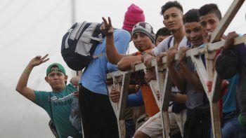 Migrantes abordan un camión en San Pedro Sula, Honduras, miércoles 15 de enero de 2020, con la esperanza de formar una caravana hacia el lejano Estados Unidos.