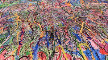 El artista británico contemporáneo Sacha Jafri se encuentra en su pintura récord titulada El viaje de la humanidadel 23 de septiembre de 2020, en la ciudad emiratí de Dubai.