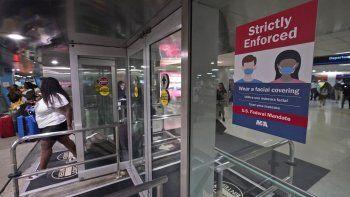 Un letrero que indica el uso obligatorio de cubrebocas debido al coronavirus en la entrada del Aeropuerto Internacional de Miami, en Florida, el 28 de mayo de 2021.