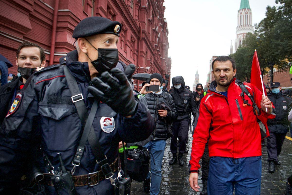 La policía escolta a un manifestante durante una protesta contra los resultados de las elecciones parlamentarias rusas cerca d ela Plaza Roja en Moscú el sábado, 25 de septiembre del 2021.
