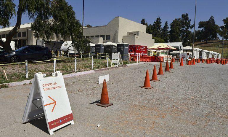 Un trabajador del sitio de la vacuna Covid-19 se sienta solo esperando a las personas en la instalación de la vacuna Covid-19 de Lincoln Park en Los Ángeles