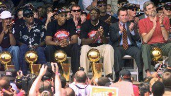 Foto del 16 de junio de 1998 en la que aparecen los campeones de la NBA: Ron Harper, Dennis Rodman, Scottie Pippen, Michael Jordan y el coach Phil Jackson en compañía de Richard Daley.