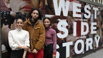 En esta foto del martes 18 de febrero del 2020, de izquierda a derecha, Ilda Mason, Israel Del Rosario y Satori Folkes-Stone posan afuera del Broadway Theatre en Nueva York, donde hacen su debut en Broadway en el musical West Side Story. La nueva reposición se estrenó el jueves por la noche. Incluye un récord de 33 miembros debutantes en su elenco.