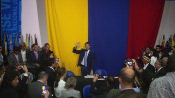 Juan Guaidó, presidente de la Asamblea Nacional, juramenta tras ser reelegido al cargo con votos de legisladores de oposición en la sede del periódico El Nacional, en Caracas, Venezuela, el domingo 5 de enero de 2020.