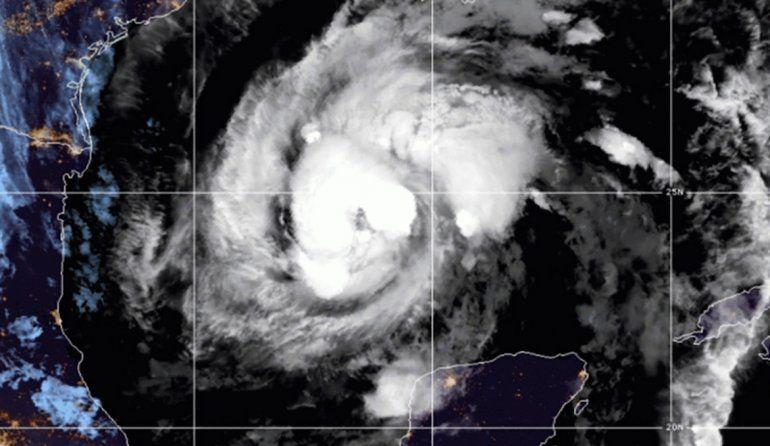 Imagen de satélite facilitada por la Oficina Nacional de Administración Oceánica y Atmosférica de Estados Unidos (NOAA por sus siglas en inglés) que muestra la tormenta tropical Zeta en el centro del Golfo de México