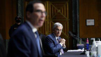 El presidente de la Reserva Federal, Jerome Powell (Der.) escucha las declaraciones del secretario del Tesoro, Steven Mnuchin, ante la Comisión Bancaria del Senado.