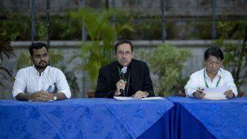 El líder universitario y miembro de la Alianza Cívica por la Democracia y la Justicia Max Jerez (izq.), el nuncio apostólico Waldemar Stanislaw (cen.), y el canciller de Nicaragua Denis Moncada (der.), durente una rueda de prensa en Managua, Nicaragua.