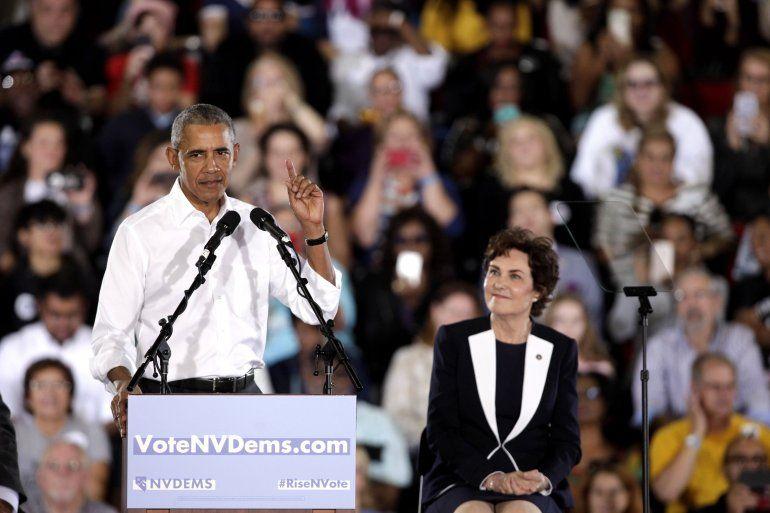 El expresidente estadounidense BarackObama(i) y la congresista y candidata demócrata para el senado de los Estados Unidos Jacky Rosen (d) participan durante un mitin hoy