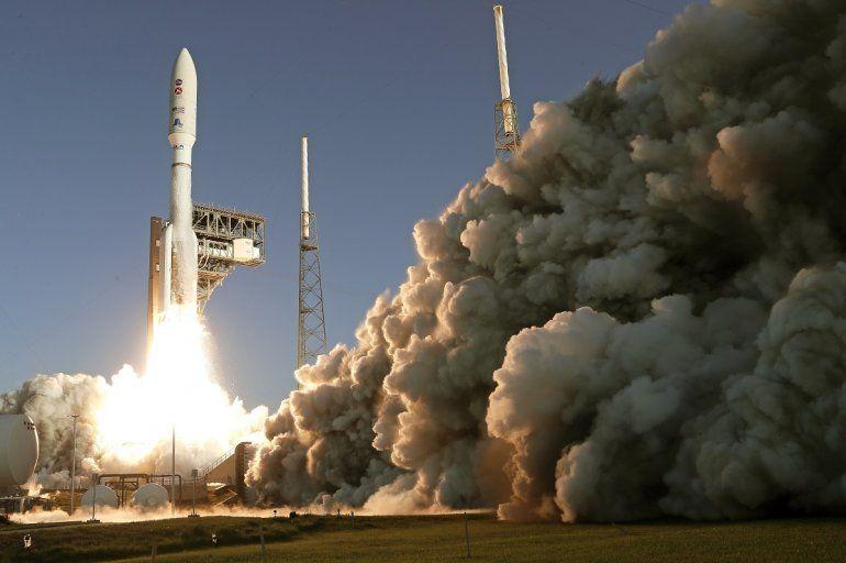 Un cohete Atlas V de la firma United Launch Alliance despega de Cabo Cañaveral