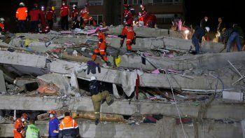 El pequeño tsunami que alcanzó la costa turca también afectó a Samos, donde varias calles de la ciudad portuaria de Vathi quedaron inundadas.