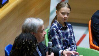 La activista ambiental sueca Greta Thunberg, derecha, escucha al secretario general de la ONU Antonio Guterres durante la Cumbre de la Juventud sobre el Clima en la sede de Naciones Unidas, el sábado 21 de septiembre de 2019.