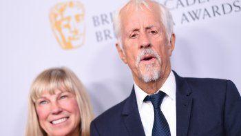 En esta fotografía del 25 de octubre del 2019, el director británico Michael Apted y su esposa, Paige Simpson, arriban a la entrega de los premios BAFTA, en Beverly Hills, California.