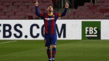 Lionel Messi celebra tras anotar el primer gol del Barcelona en la victoria 2-1 ante el Athletic Bilbao en la Liga española, el domingo 31 de enero de 2021