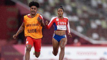 Esta fotografía publicada por los Servicios de Información Olímpica (OIS) del Comité Olímpico Internacional (COI) y tomada el 2 de septiembre de 2021 muestra a la cubana Omara Durand Elias y su guía Yuniol Kindelan Vargas compitiendo en la final de atletismo femenino de 100 metros T12