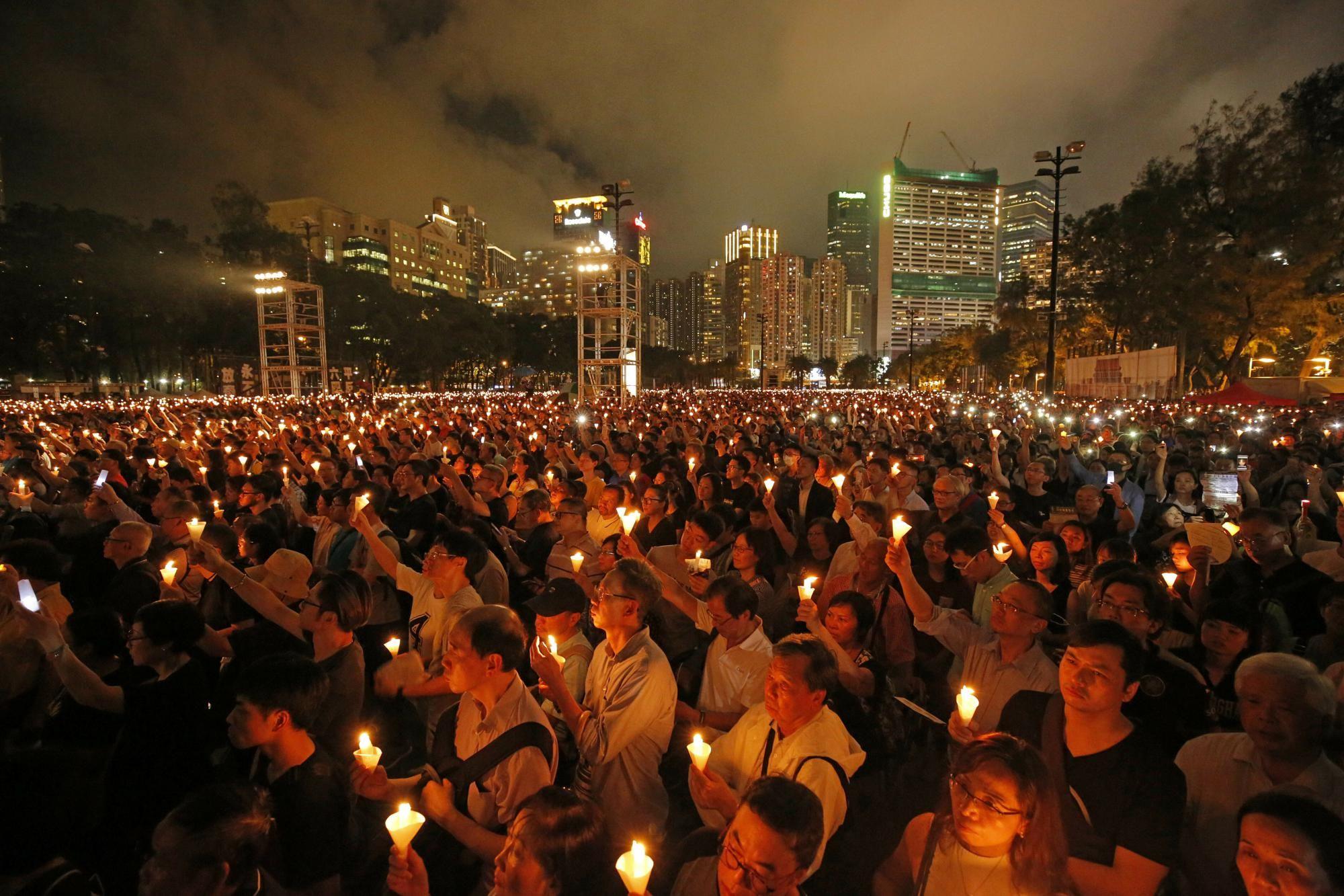 Penas de cárcel para 9 activistas de Hong Kong por participar en vigilias para recordar a las víctimas de Tiananmen