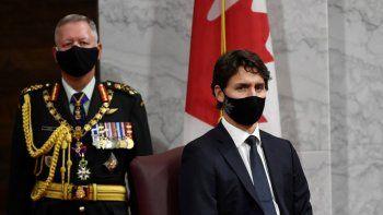 El jefe del Estado Mayor de Defensa de Canadá, Jonathan Vance (izquierda) y el primer ministro canadiense Justin Trudeau escuchan a la gobernadora general Julie Payette mientras pronuncia el discurso del trono en el pleno del Senado, en Ottawa, Canadá, el miércoles 23 de septiembre de 2020.