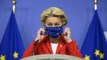 En esta imagen del jueves 1 de octubre de 2020, la presidenta de la Comisión Europea, Ursula von der Leyen, se quita la mascarilla antes de hacer una declaración sobre el Acuerdo de Salida firmado con Gran Bretaña en la sede de la UE en Bruselas, Bélgica.