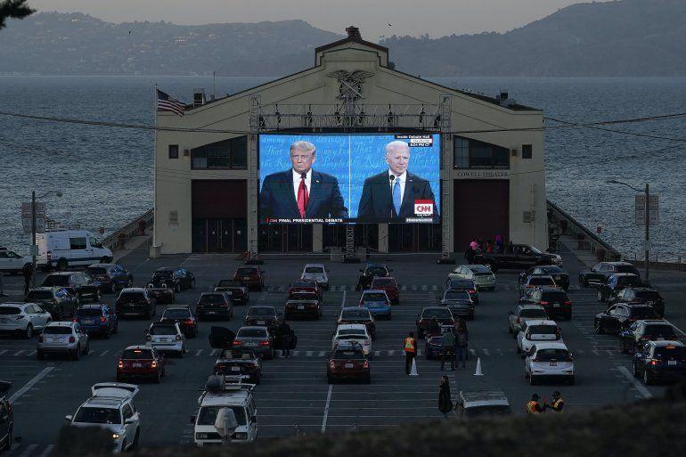 Personas observan desde sus vehículos al presidente Donald Trump