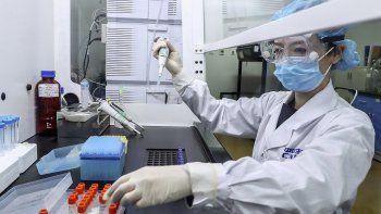 En esta imagen del 11 de abril de 2020 proporcionada por la agencia de noticias Xinhua, una empleada analiza muestras de una posible vacuna contra el COVID-19 en una planta de producción de SinoPharm en Beijing. En la carrera global por conseguir una vacuna, la compañía estatal china presumió de que varios empleados, incluidos altos directivos, habían probado la vacuna antes incluso de tener autorización para hacer ensayos en humanos.