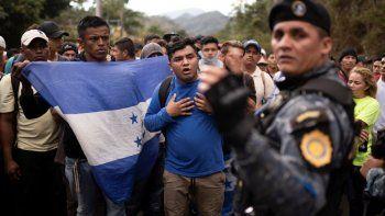 En esta fotografía de archivo del 16 de junio de 2020, migrantes hondureños que intentan alcanzar Estados Unidos son detenidos por la policía guatemalteca cerca de Agua Caliente, Guatemala, en la frontera con Honduras.