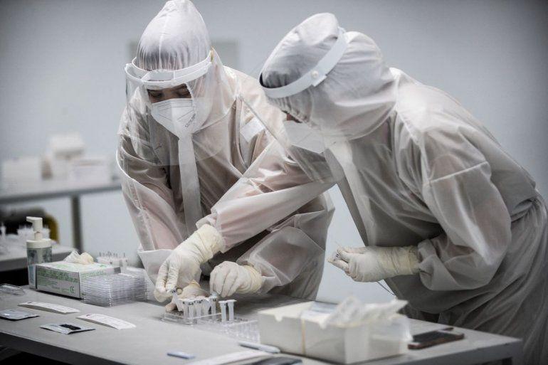 Los trabajadores de la salud preparan Pruebas Rápidas de Antígeno para COVID-19 que se realizarán a personas que asistirán a un concierto de música de prueba en Braga