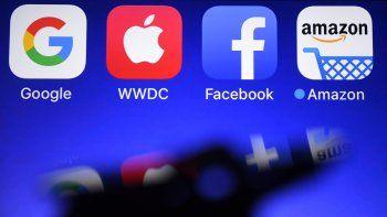 En esta fotografía de archivo tomada el 28 de septiembre de 2017, se muestra un teléfono inteligentecon los logotipos de GAFA (acrónimo de gigantes web de Google, Apple, Facebook y Amazon).