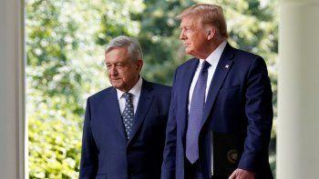 Los presidentes Donald Trump, de Estados Unidos, a la derecha, y Andrés Manuel López Obrador, de México, llegan para asistir a un evento en la Rosaleda de la Casa Blanca, en Washington, el miércoles 8 de julio de 2020.
