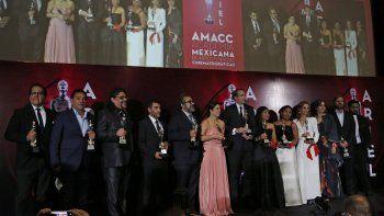 """El elenco y el equipo de producción de la cinta de Netflix """"Roma"""" reciben el premio a mejor película en la pasada edición de los Premios Ariel de la Academia Mexicana de Artes y Ciencias Cinematográficas, en la Ciudad de México."""