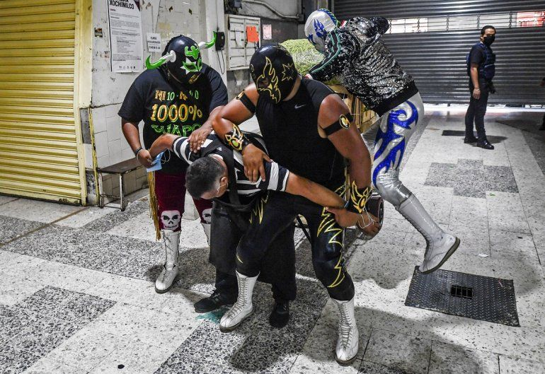 Luchadores mexicanos pretenden castigar a un hombre que no usa mascarilla mientras hacen campaña para promover su uso