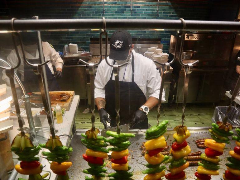 Una fiesta de sabores y colores constituye la puesta en escena de comidas y bebidas que podrán disfrutar los aficionados que asistan esta temporada al Hard Rock Stadium
