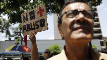 Una mujer sostiene un letrero durante una protesta contra el régimen de Nicolás Maduro afuera de la oficina del Programa de las Naciones Unidas para el Desarrollo en Caracas, Venezuela, el viernes 21 de junio de 2019.