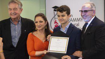 Manolo Díaz, vicepresidente de la Fundación Cultural Latin Grammy; Sergio De Miguel Jorquera, ganador de la beca,junto a Gloria y Emilio Estefan, durante el acto de entrega.