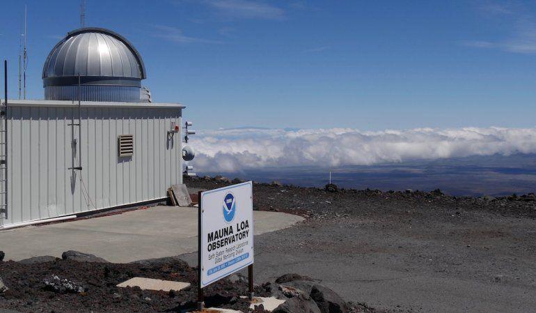 Fotografía de 2019 proporcionada por la Oficina Nacional de Administración Oceánica y Atmosférica de Estados Unidos (NOAA) del observatorio Mauna Loa Atmospheric Baseline sobre la montaña más grande de Hawai para poder tomar muestras de aire libre de contaminación local.