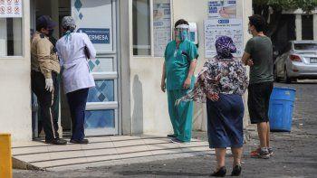 Un trabajador médico usa una máscara y un protector facial en la entrada del hospital SERMESA en Managua, Nicaragua. Si bien la Organización Panamericana de la Salud insta a Nicaragua a tomar medidas más agresivas contra la pandemia de coronavirus y los países vecinos observan con cautela su brote, el régimen de Daniel Ortega parece más centrado en ocultar el virus que en tratarlo.