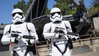Star Wars cuenta una de las historias más antiguas del mundo: la del bien contra el mal. Por un lado, el imperio: un caballerooscuro con tropas sin rostro y sed de poder.