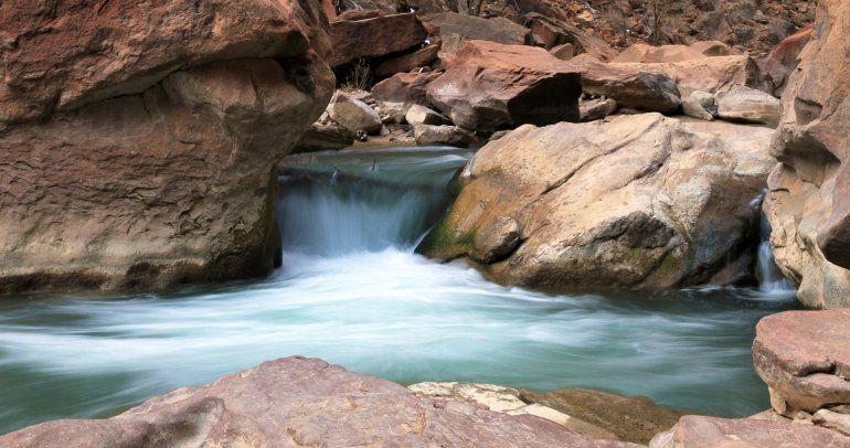 Pequeña cascada en el Río VIrgin del Parque Nacional Zion. Los turistas también visitan la naturaleza de Utah en invierno