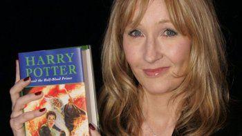 En esta fotografía de archivo del 15 de julio de 2005 J.K. Rowling con una copia de su libro Harry Potter and the Half-Blood Prince en el Castillo de Edimburgo, en Escocia.