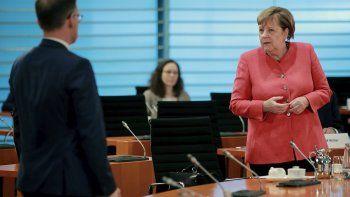 La canciller alemana, Angela Merkel, a la derecha, y el ministro alemán de Exteriores, Heiko Maas, a la izquierda, asisten a la reunión semanal del gabinete en la cancillería en Berlín, Alemania, el miércoles 24 de junio de 2020.