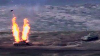 Una captura de imagen tomada de un video disponible en el sitio web oficial del Ministerio de Defensa armenio el 27 de septiembre de 2020, supuestamente muestra la destrucción de vehículos militares azeríes durante los enfrentamientos entre separatistas armenios y Azerbaiyán en la región separatista de Nagorno-Karabaj.